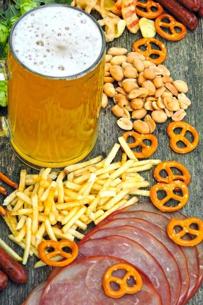 Oktober fest. bicchiere di birra e snack di birra. Foto Premium