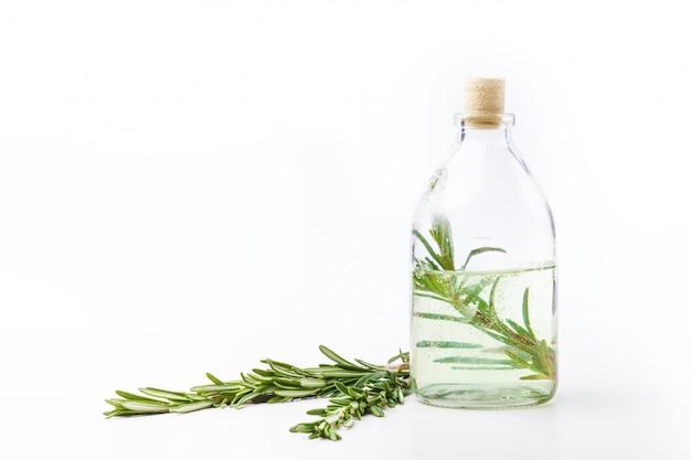 Oli aromatici in bottiglie di vetro su un tavolo bianco. cura del corpo. uno stile di vita sano. isolato. Foto Premium