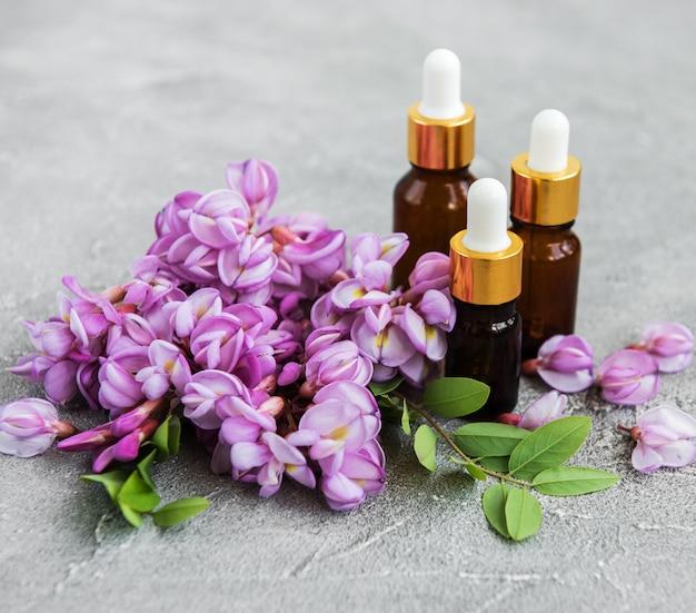 Oli essenziali e fiori di acacia rosa Foto Premium
