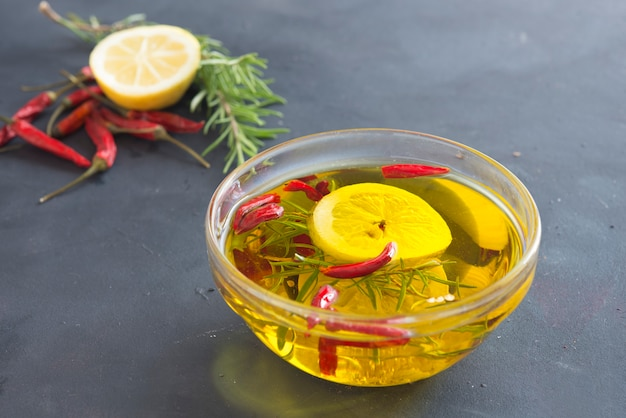 Olio con limone, aglio, rosmarino e peperoncino Foto Premium