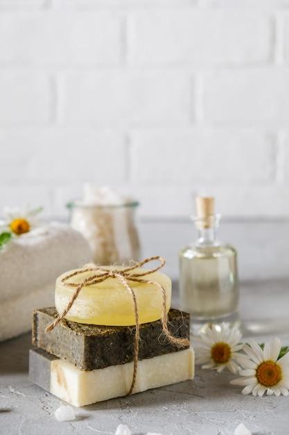 Olio cosmetico naturale e sapone naturale fatto a mano con luffa. cura della pelle sana. concetto spa Foto Premium