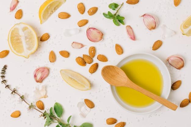Olio d'oliva con vista dall'alto di ingredienti di cottura Foto Gratuite