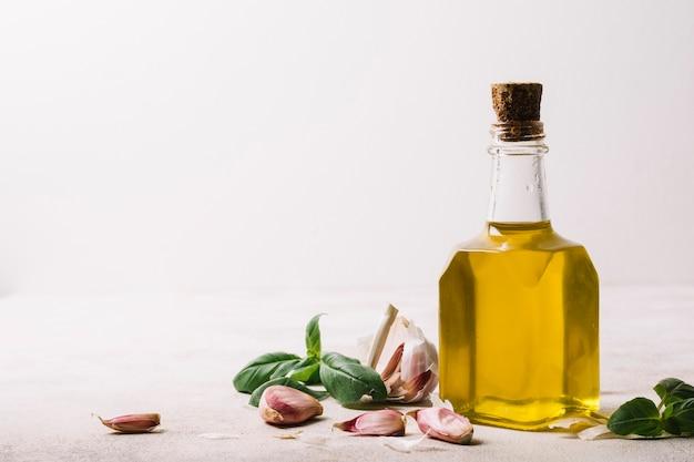 Olio d'oliva dorato in bottiglia con copia-spazio Foto Gratuite