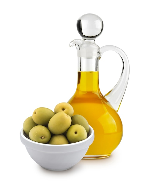 Olio d'oliva e olive verdi isolati su fondo bianco Foto Premium