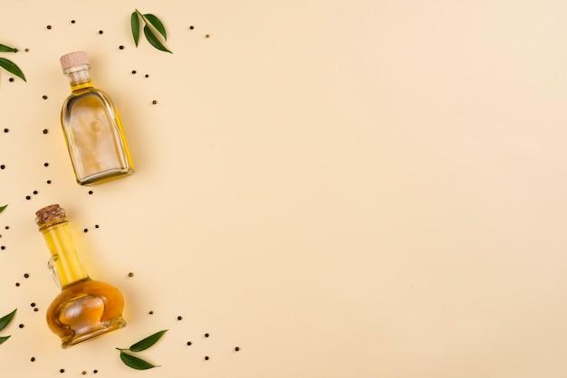 Olio d'oliva in bottiglie con copia spazio Foto Gratuite