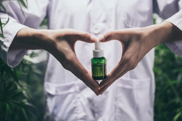 Olio di canapa al cbd, bottiglia di olio di cannabis a mano Foto Premium