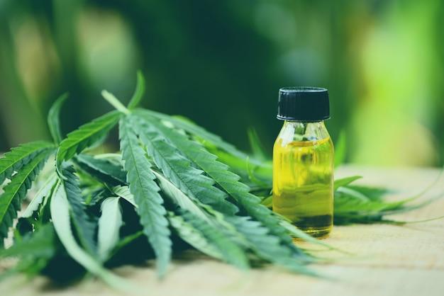 Olio di cannabis su sfondo verde natura Foto Premium
