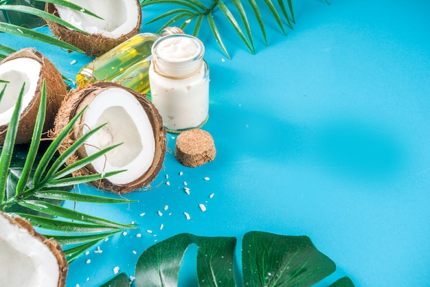 Olio di cocco con noci di cocco fresche. sfondo estate tropicale Foto Premium