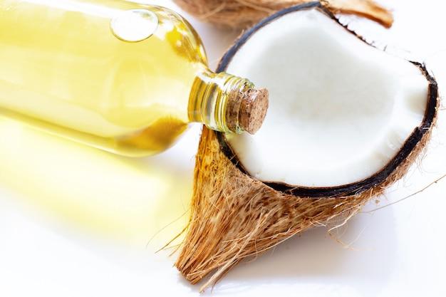 Olio di cocco con noci di cocco Foto Premium