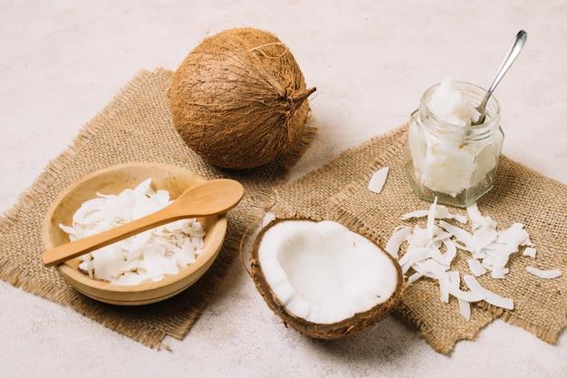 Olio di cocco e noci su pezzi di tela di sacco Foto Gratuite