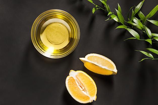 Olio di limone isolato sul tavolo nero Foto Gratuite