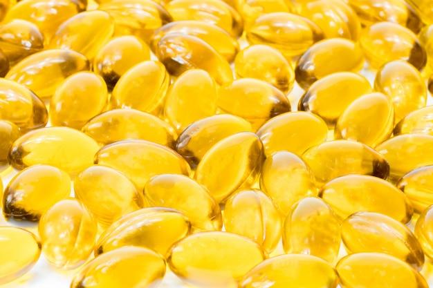 Olio di pesce in capsula di gelatina morbida isolato su sfondo bianco Foto Premium