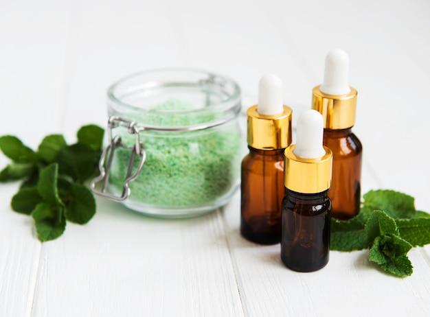 Olio essenziale aromatico con sale massaggio e menta Foto Premium