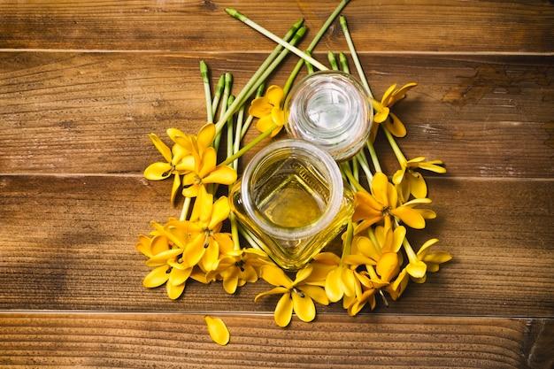 Fiori Gialli Gardenia.Olio Essenziale Con Fiori Gialli Gardenia Per Massaggio Aromatico