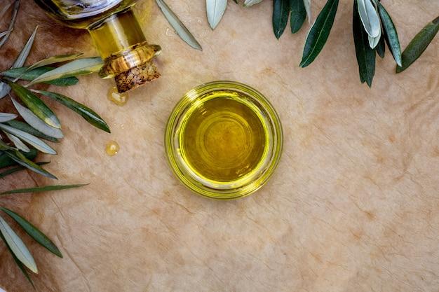 Olio extra vergine di oliva in una ciotola di vetro. Foto Premium
