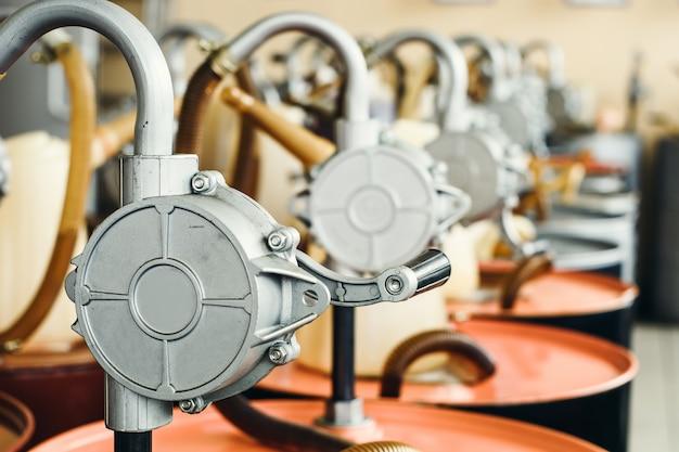 Olio motore in barili con pompa in casa con spazio per copiare. Foto Premium