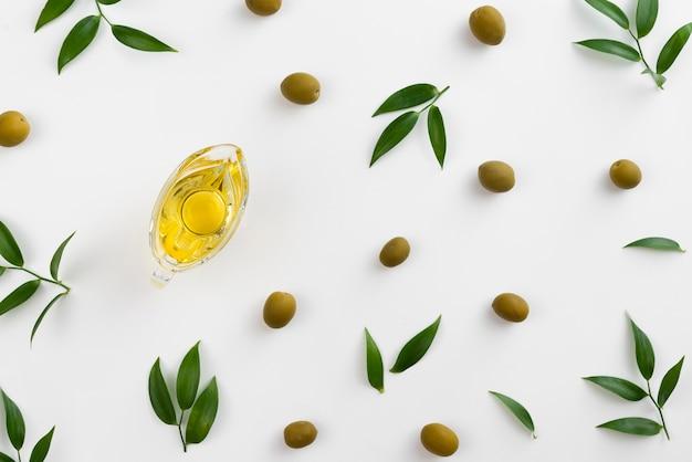 Olive e vive sul tavolo con olio in tazza Foto Gratuite