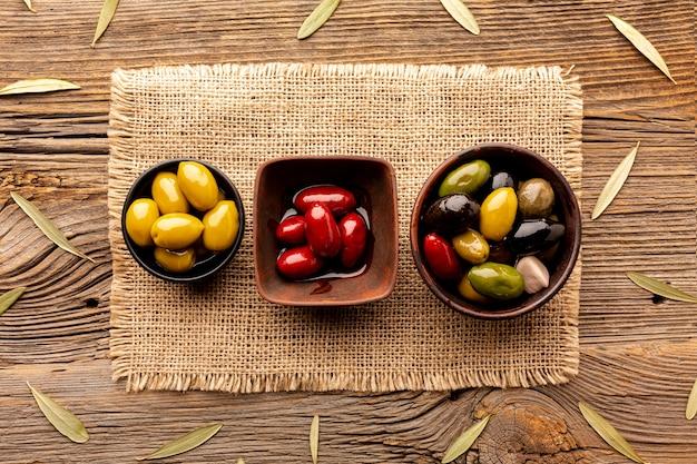 Olive in ciotole su materiale tessile Foto Gratuite