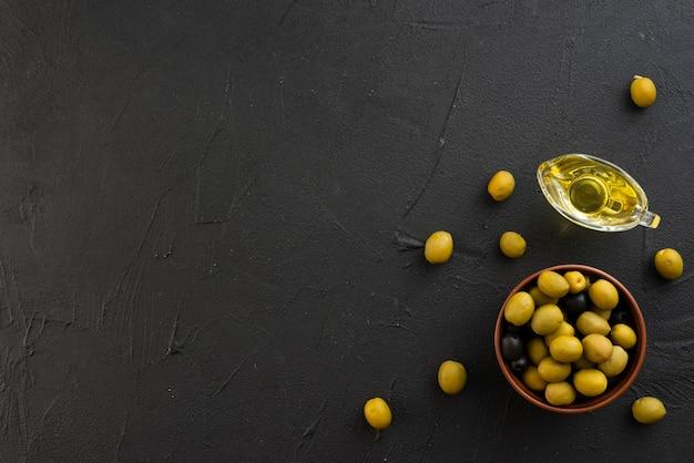 Olive piatte laiche con copia spazio sullo sfondo Foto Gratuite