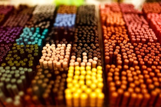 Ombre e sopracciglia sul tavolo colorato pallete. Foto Gratuite