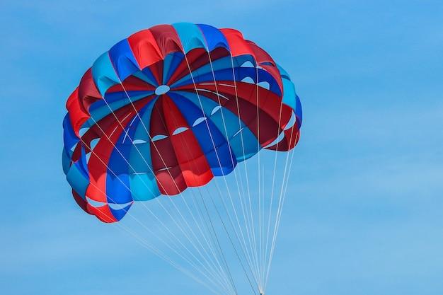 Ombrello del paracadute dell'acqua volante sul cielo. Foto Premium