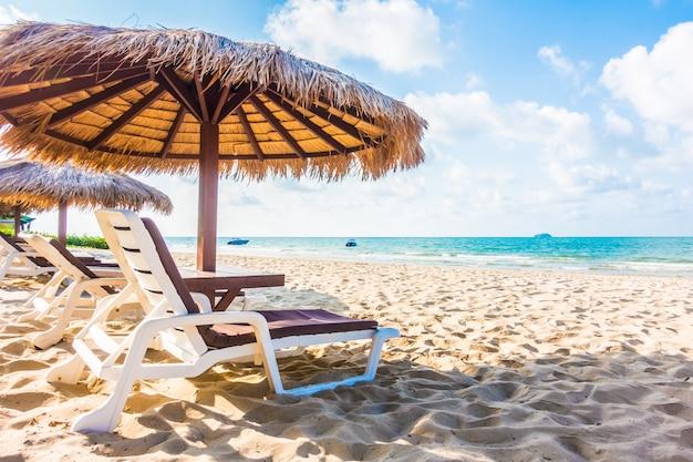 Ombrellone e sedia sulla spiaggia Foto Gratuite
