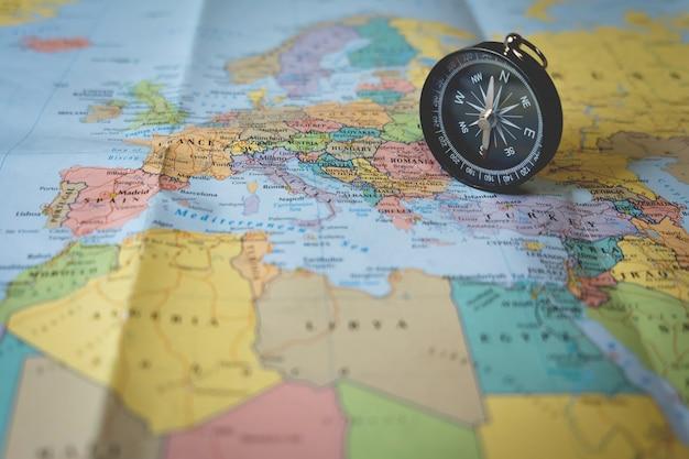 Ompleta sulla mappa turistica. focus sull'ago della bussola Foto Gratuite