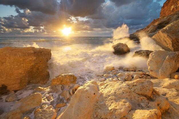 Onde del mare durante la tempesta Foto Premium