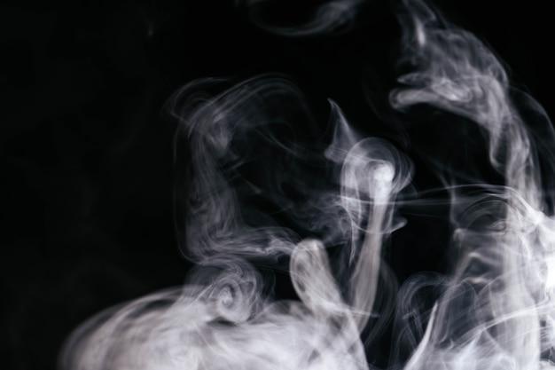 Onde di fumo grigio su sfondo nero Foto Gratuite
