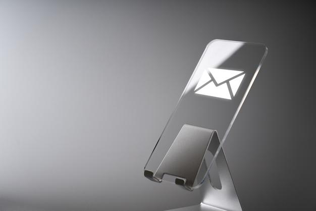 Online contattaci icona dell'applicazione sullo smartphone Foto Premium