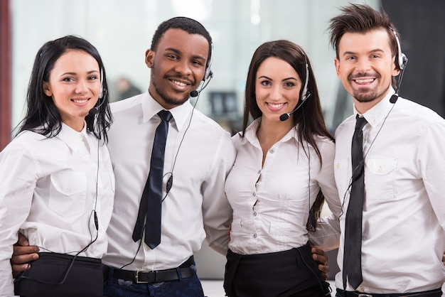 Operai di call center allegro, lavoro di squadra Foto Premium