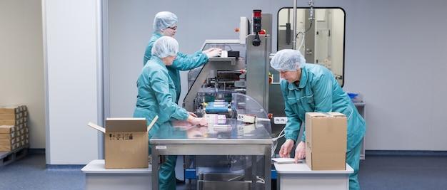 Operai farmaceutici in ambiente sterile Foto Premium