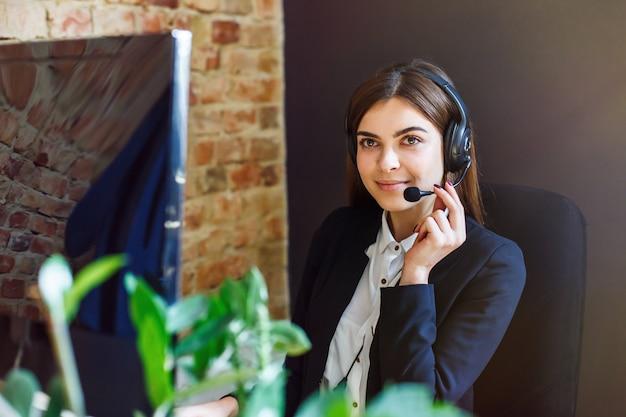 Operatore callcenter donna Foto Premium