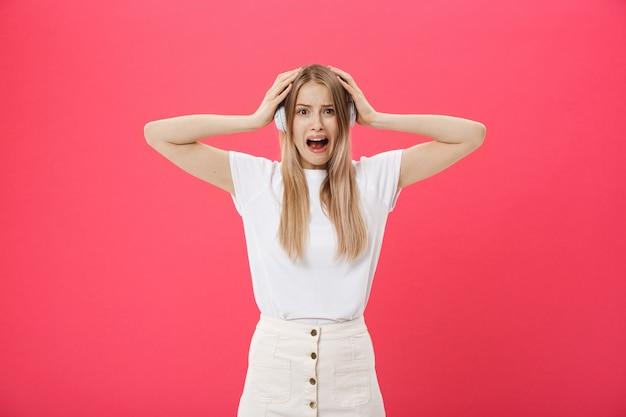 Operatore della giovane donna dalle orecchie della copertura del centro di chiamata che ignorano rumore rumoroso fastidioso Foto Premium
