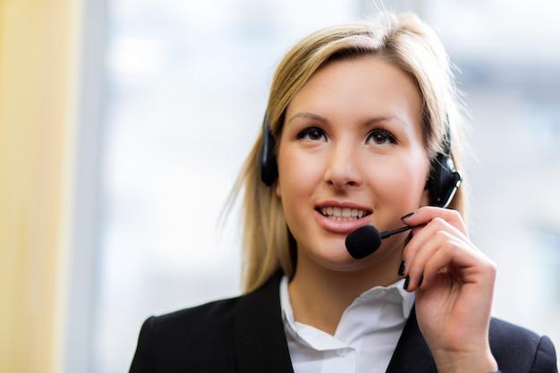 Operatore di call center femminile Foto Premium