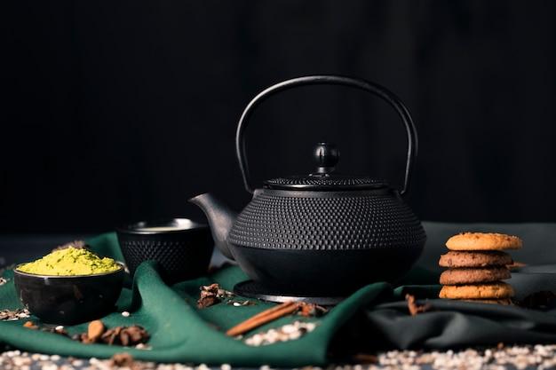 Ora del tè asiatica a casa con il matcha verde Foto Gratuite