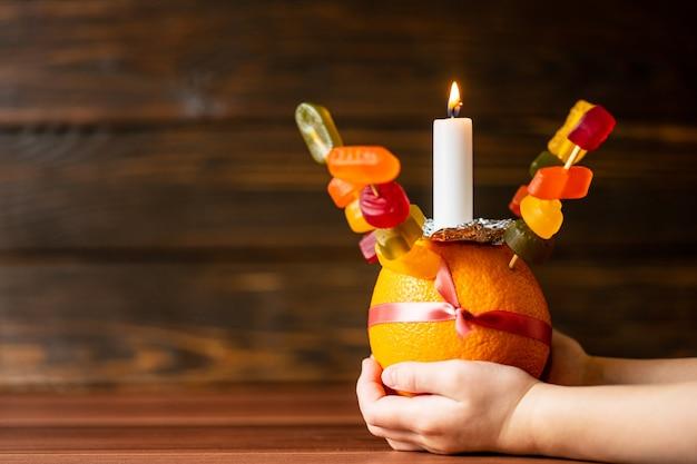 Orange christingle è un oggetto simbolico utilizzato nei servizi di avvento, natale ed epifania di molte confessioni cristiane Foto Premium