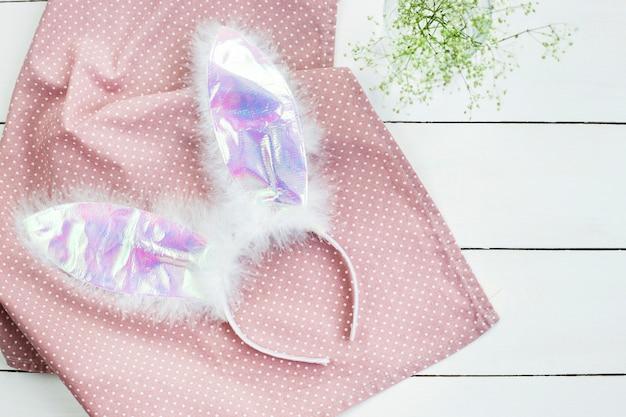 Orecchie Di Coniglio Artificiale Su Sfondo Bianco E Rosa Con Fiori