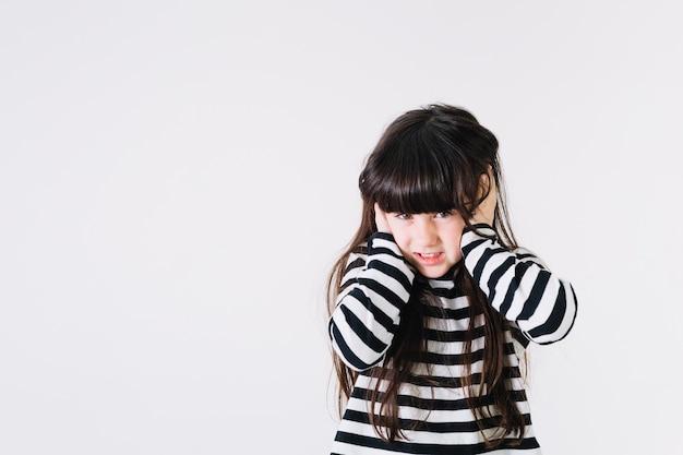 Orecchie di copertura della ragazza dispiaciuta Foto Gratuite