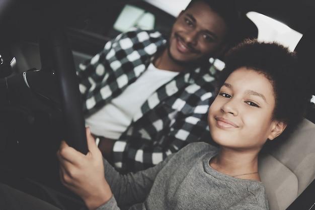 Orgoglioso piccolo autista in auto padre papà piccolo figlio. Foto Premium