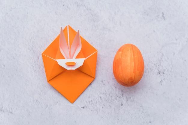 Origami arancione di coniglio e uovo di pasqua Foto Gratuite