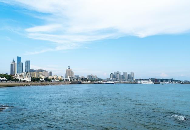 Orizzonte costiero e urbano a qingdao, cina Foto Premium