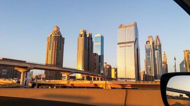 Orizzonte del dubai nel tempo di tramonto, emirati arabi uniti Foto Premium