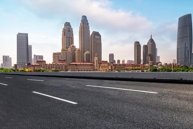 Orizzonte del paesaggio urbano di road plaza e tianjin Foto Premium