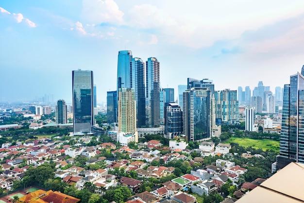 Orizzonte della città di jakarta con i grattacieli urbani nel pomeriggio Foto Premium