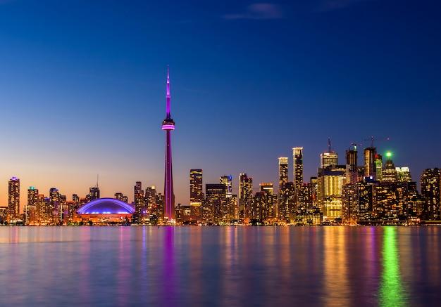 Orizzonte della città di toronto alla notte, ontario, canada Foto Premium