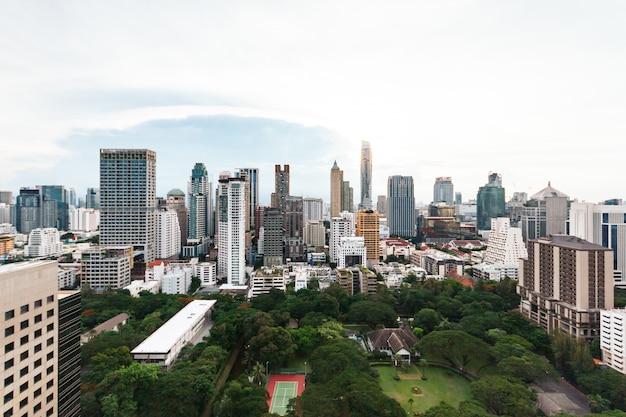Orizzonte di bangkok del paesaggio urbano, tailandia. bangkok è la metropoli e preferita dai turisti. Foto Premium