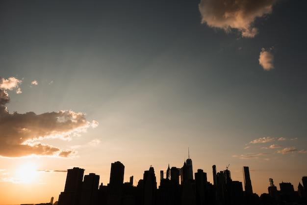 Orizzonte di new york city al tramonto Foto Gratuite