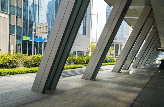 Orizzonte ed edifici panoramici con il pavimento quadrato concreto vuoto a shenzhen, cina Foto Premium