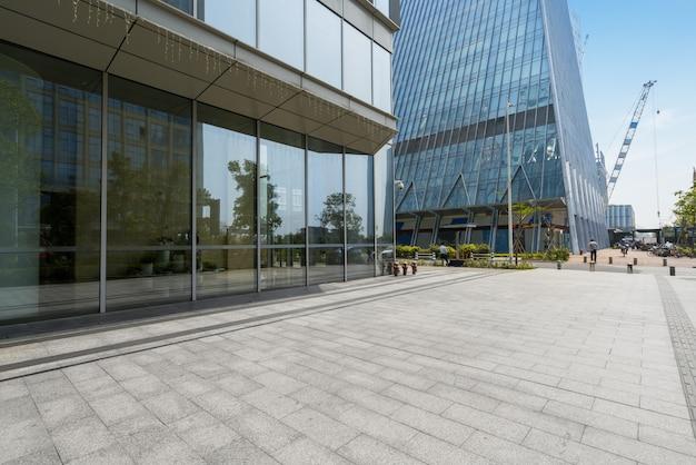 Orizzonte ed edifici panoramici con il pavimento quadrato concreto vuoto a shenzhen, porcellana Foto Premium